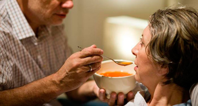 Энтеральное питание для истощенных и онкобольных: виды, сухие питательные смеси, осложнения