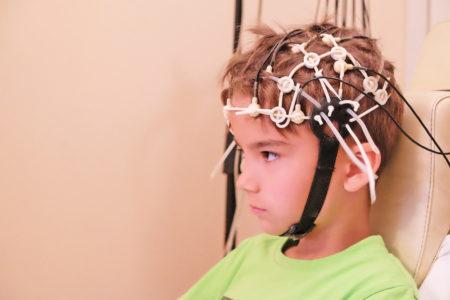 Что делать, если при сморкании закладывает ухо и кружится голова у ребенка