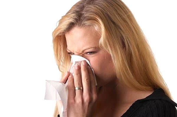 Течет из носа желтая и прозрачная вода: что делать, как остановить насморк
