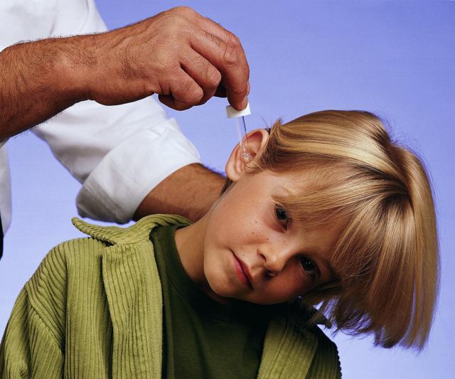 У ребенка из уха вытекает сера: причины, провоцирующие факторы, лечение